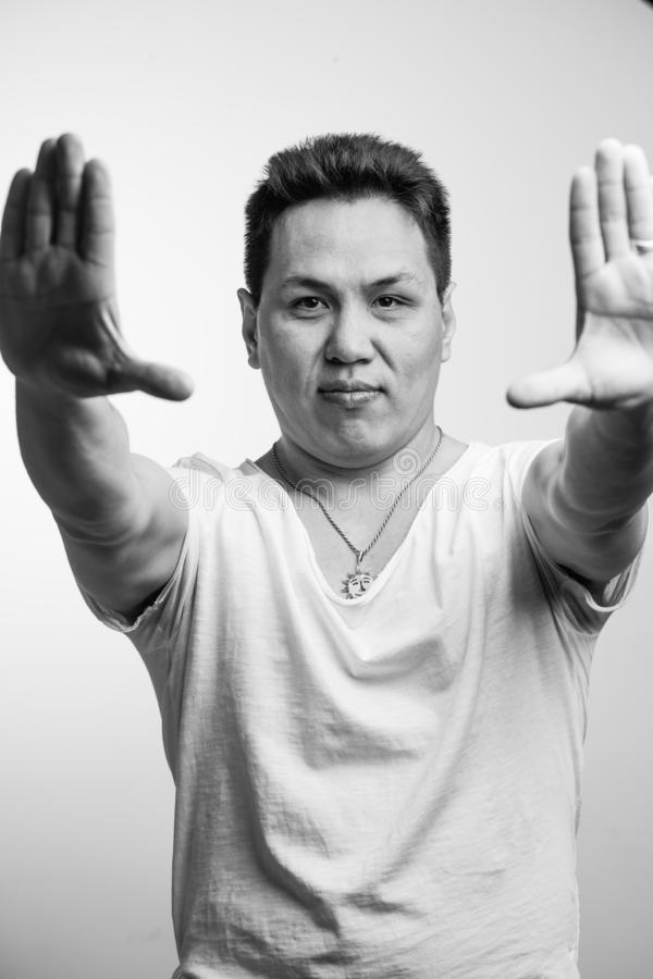 Retrato del hombre de negocios asiático con la muestra del gesto fotografía de archivo
