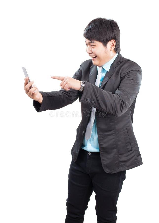 Retrato del hombre de negocios asiático joven que señala la mano al phon elegante fotografía de archivo libre de regalías