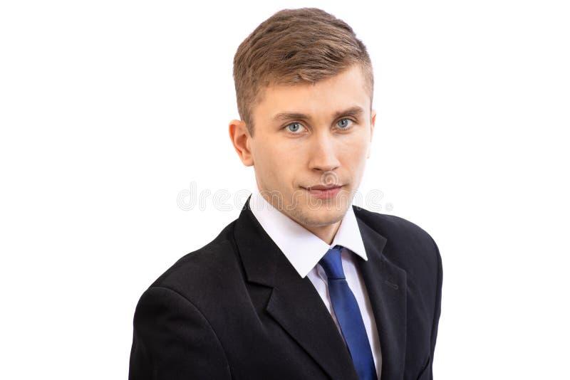 Retrato del hombre de negocios atractivo joven en un traje oscuro y un lazo azul brillante, aislado en blanco imágenes de archivo libres de regalías