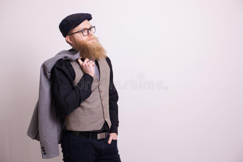 Retrato del hombre de negocios barbudo acertado en traje sobre el fondo blanco fotografía de archivo