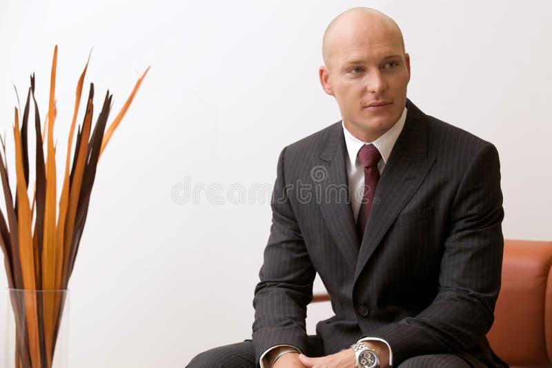 Retrato del hombre de negocios caucásico joven en oficina fotos de archivo