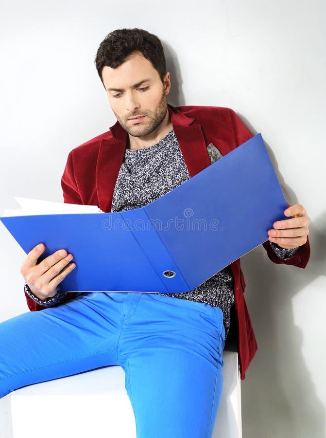 Retrato del hombre de negocios con una carpeta azul de fotografía de archivo libre de regalías