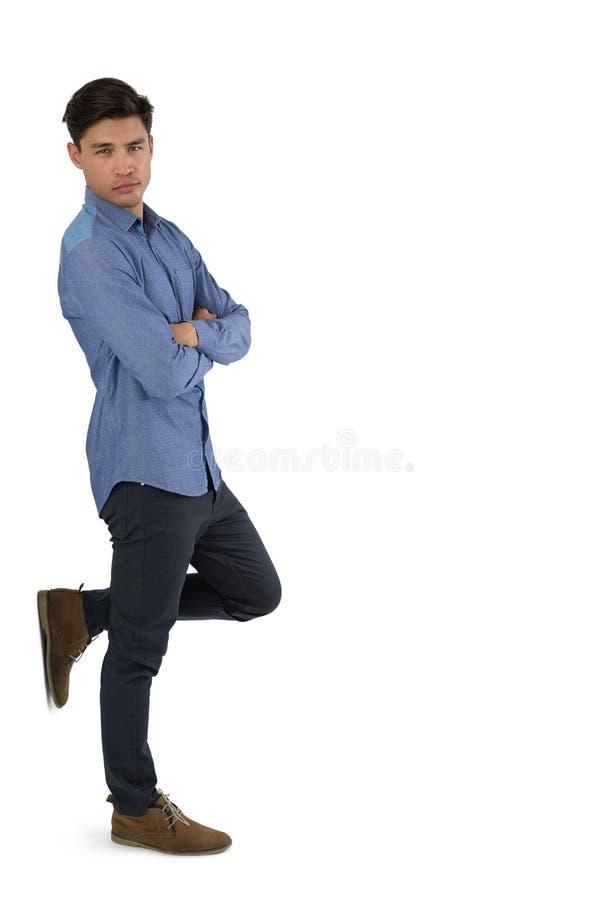 Retrato del hombre de negocios confiado con los brazos cruzados imagen de archivo libre de regalías