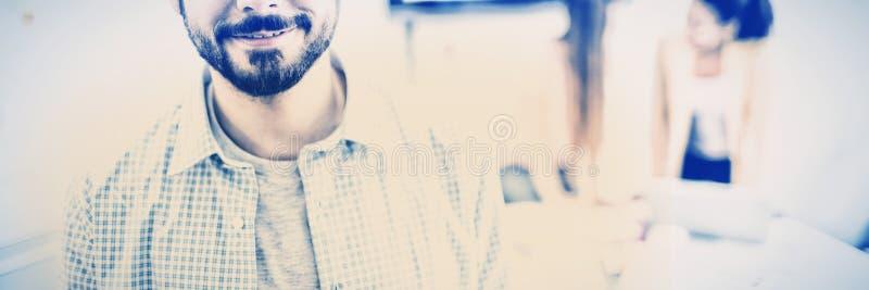 Retrato del hombre de negocios confiado que se coloca en sala de reunión en la oficina creativa fotos de archivo