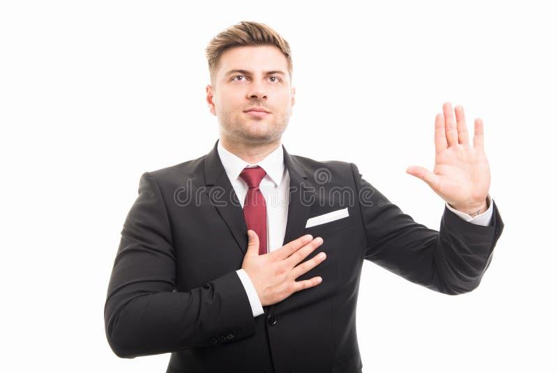 Retrato del hombre de negocios corporativos hermoso que toma juramento imagen de archivo libre de regalías