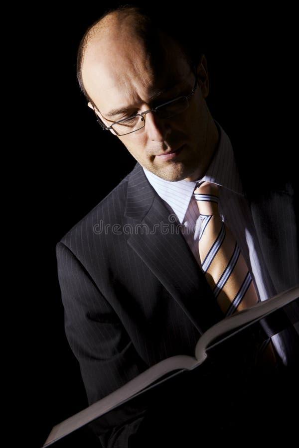 Retrato del hombre de negocios de la lectura foto de archivo