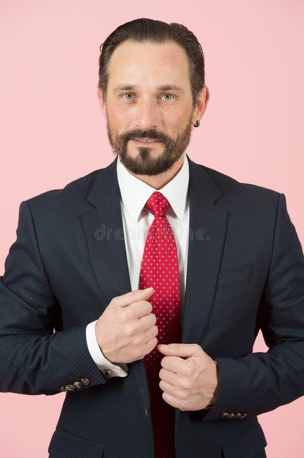Retrato del hombre de negocios en traje en fondo rosado Hombre barbudo en traje profesional envejecido acertado imágenes de archivo libres de regalías