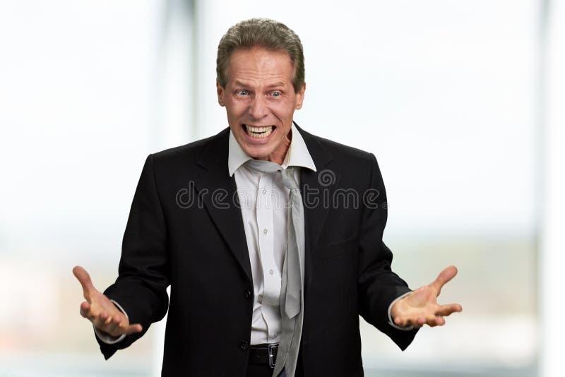 Retrato del hombre de negocios enojado desesperado imagen de archivo