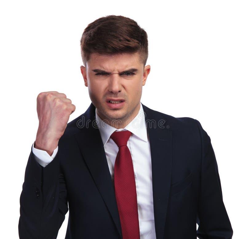 Retrato del hombre de negocios enojado que sacude su puño en el aire imágenes de archivo libres de regalías