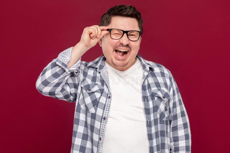 Retrato del hombre de negocios envejecido centro hermoso divertido emocionado en camisa a cuadros casual y las lentes que se colo fotografía de archivo
