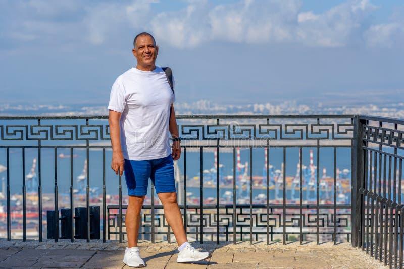 Retrato del hombre de negocios envejecido hermoso de vacaciones cerca de un mar imágenes de archivo libres de regalías