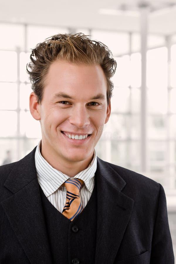Retrato del hombre de negocios feliz imagenes de archivo