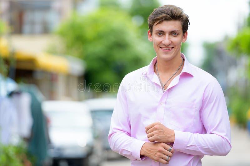 Retrato del hombre de negocios hermoso joven feliz que sonríe al aire libre fotografía de archivo libre de regalías