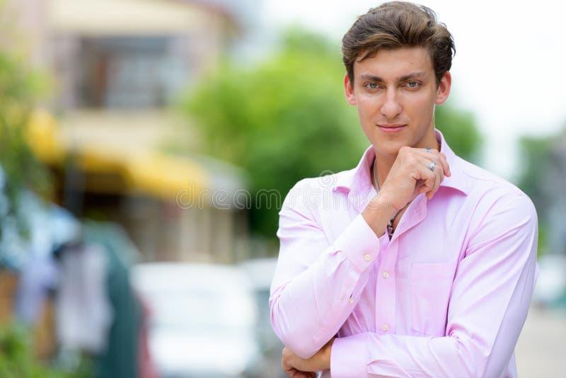 Retrato del hombre de negocios hermoso joven que piensa al aire libre imágenes de archivo libres de regalías