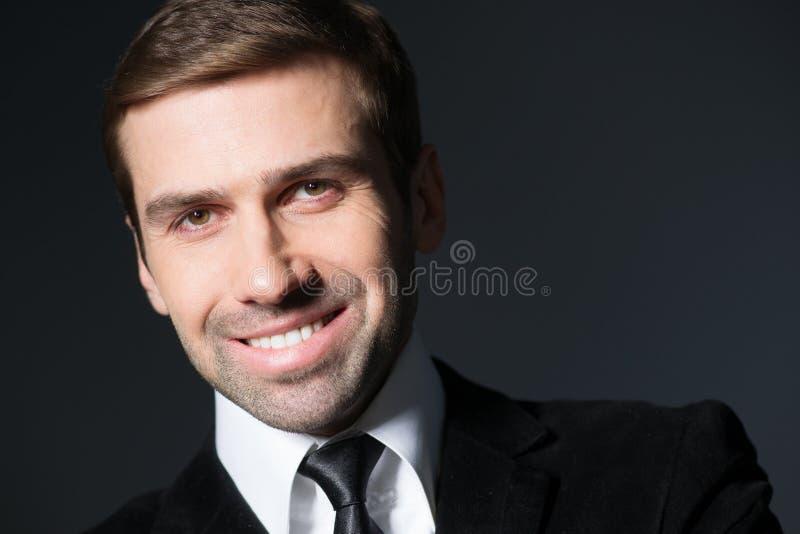 Retrato del hombre de negocios hermoso sonriente fotografía de archivo libre de regalías