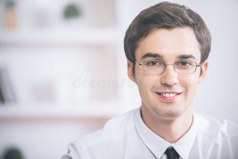 Retrato del hombre de negocios joven en vidrios imagen de archivo libre de regalías
