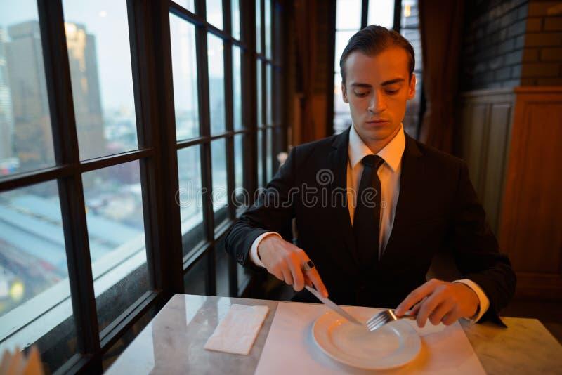 Retrato del hombre de negocios joven preparado imagenes de archivo
