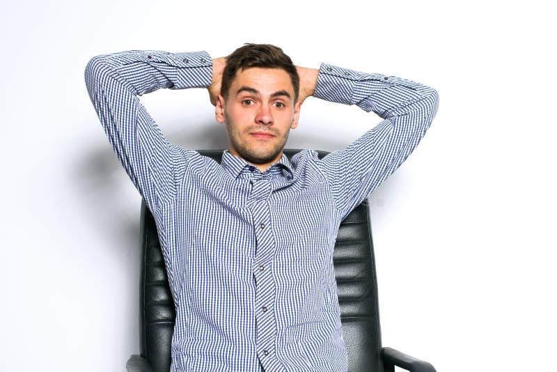 Retrato del hombre de negocios joven que presenta en fondo gris imagen de archivo libre de regalías