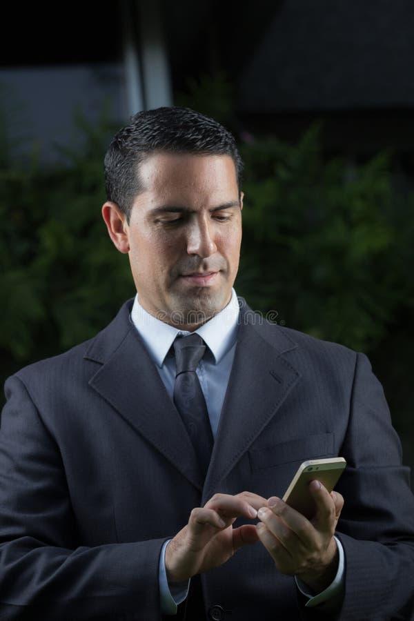 Retrato del hombre de negocios latino joven Using Cell Phone fotos de archivo