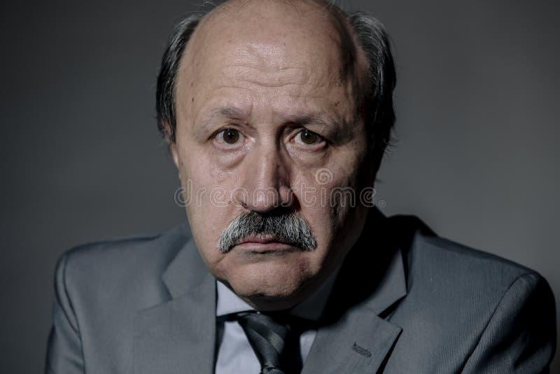 Retrato del hombre de negocios maduros mayor triste y deprimido en su depresión sufridora 60s que mira neckt que lleva perdido y  imágenes de archivo libres de regalías