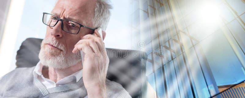 Retrato del hombre de negocios mayor barbudo que habla en el teléfono móvil, efecto luminoso; exposición múltiple fotos de archivo libres de regalías