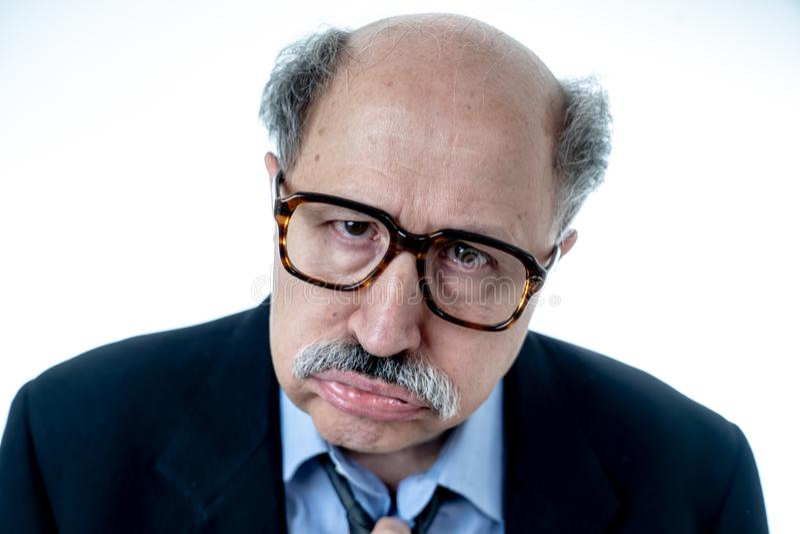 Retrato del hombre de negocios mayor cansado y borracho agotado imágenes de archivo libres de regalías