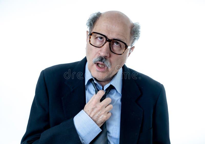 Retrato del hombre de negocios mayor cansado y borracho agotado imagen de archivo