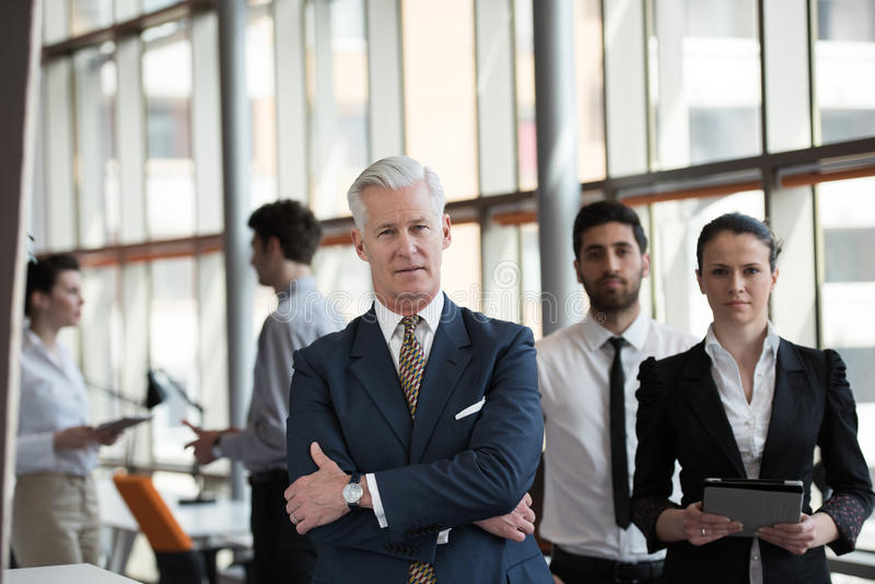 Retrato del hombre de negocios mayor como líder con el grupo de personas i imagen de archivo libre de regalías