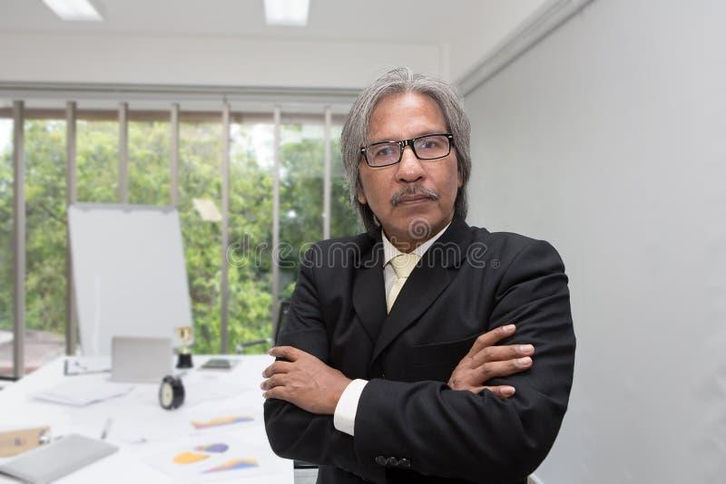 Retrato del hombre de negocios mayor en la oficina Hombre de negocios asiático mayor en una sala de reunión imagen de archivo libre de regalías