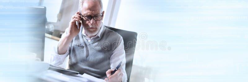Retrato del hombre de negocios mayor que habla en el teléfono móvil, efecto luminoso; bandera panorámica imagenes de archivo