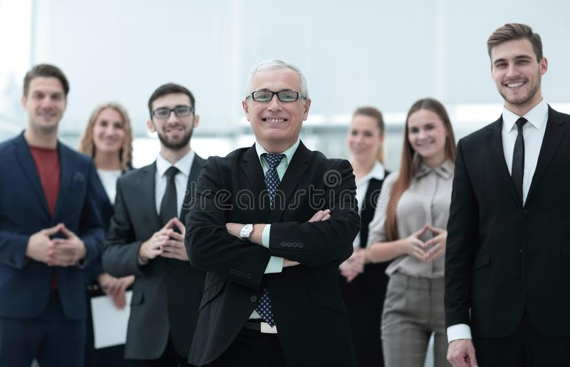 Retrato del hombre de negocios mayor y empleados de la compañía imagen de archivo libre de regalías