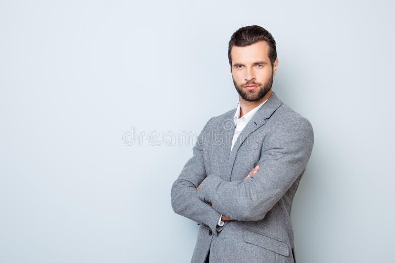 Retrato del hombre de negocios respetado acertado hermoso en formal foto de archivo libre de regalías