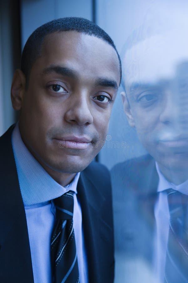 Retrato del hombre de negocios y de su reflexión fotos de archivo