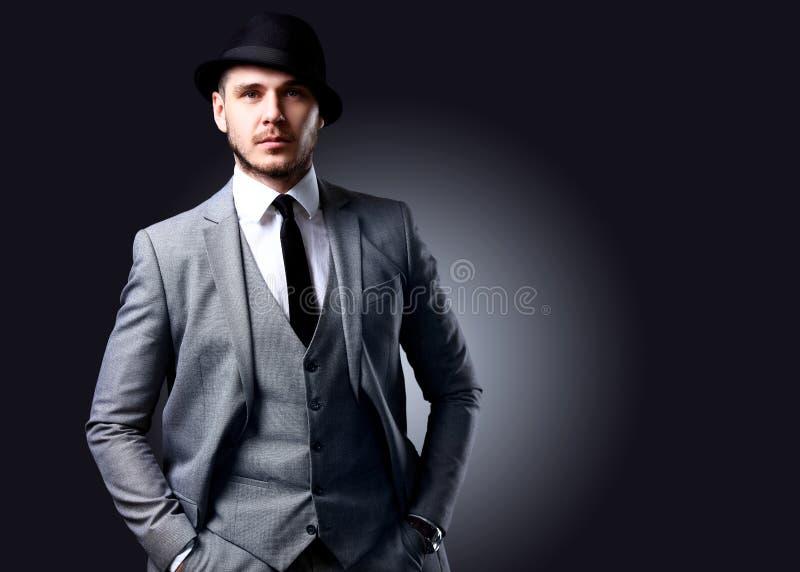 Retrato del hombre elegante hermoso en traje elegante imágenes de archivo libres de regalías