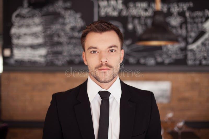 Retrato del hombre elegante hermoso en traje negro elegante imágenes de archivo libres de regalías