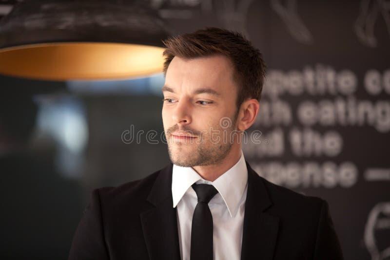 Retrato del hombre elegante hermoso en traje negro elegante fotos de archivo