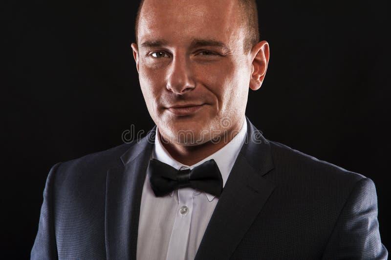 Retrato del hombre elegante hermoso en traje negro elegante fotos de archivo libres de regalías