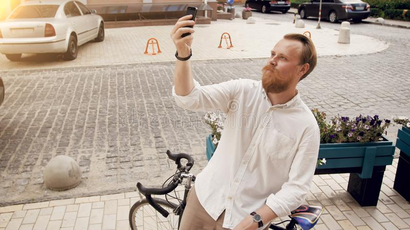Retrato del hombre elegante del inconformista que hace el selfie en la bicicleta del vintage fotografía de archivo libre de regalías