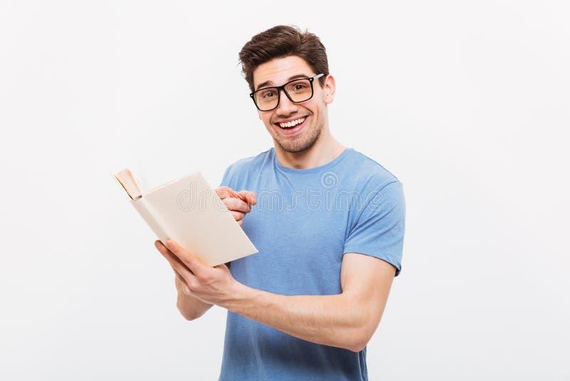 Retrato del hombre elegante joven en el SMI de las lentes de la camisa que lleva azul fotografía de archivo libre de regalías