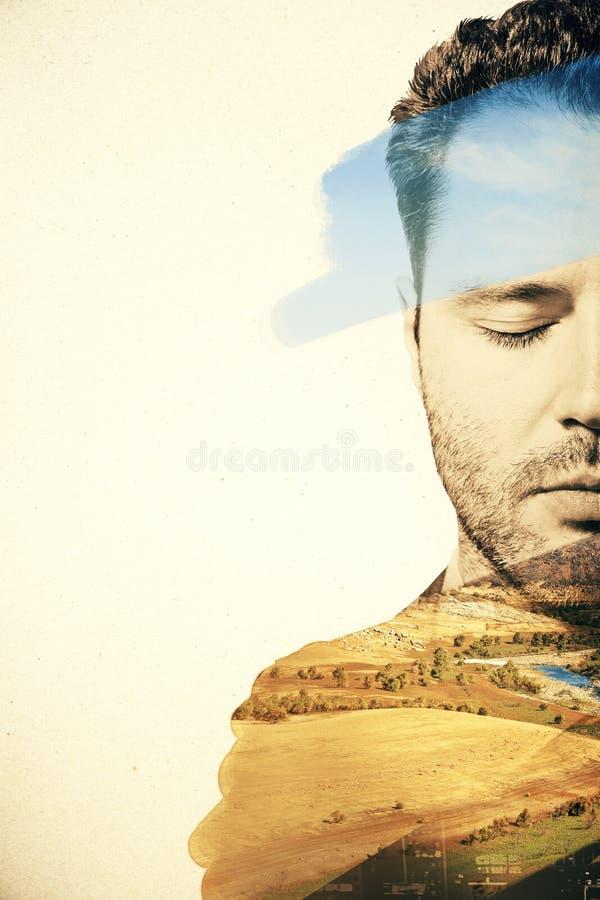 Retrato del hombre en fondo del paisaje fotos de archivo