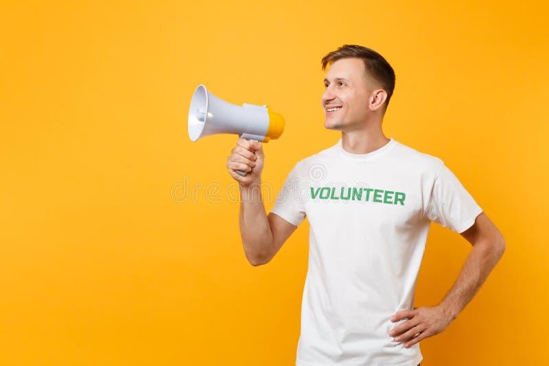 Retrato del hombre en grito voluntario escrito camiseta blanca del título del verde de la inscripción en el megáfono de la megafo fotos de archivo