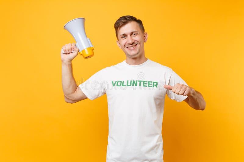 Retrato del hombre en grito voluntario escrito camiseta blanca del título del verde de la inscripción en el megáfono de la megafo imágenes de archivo libres de regalías