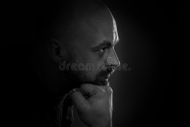 Retrato del hombre en obscuridad imagen de archivo