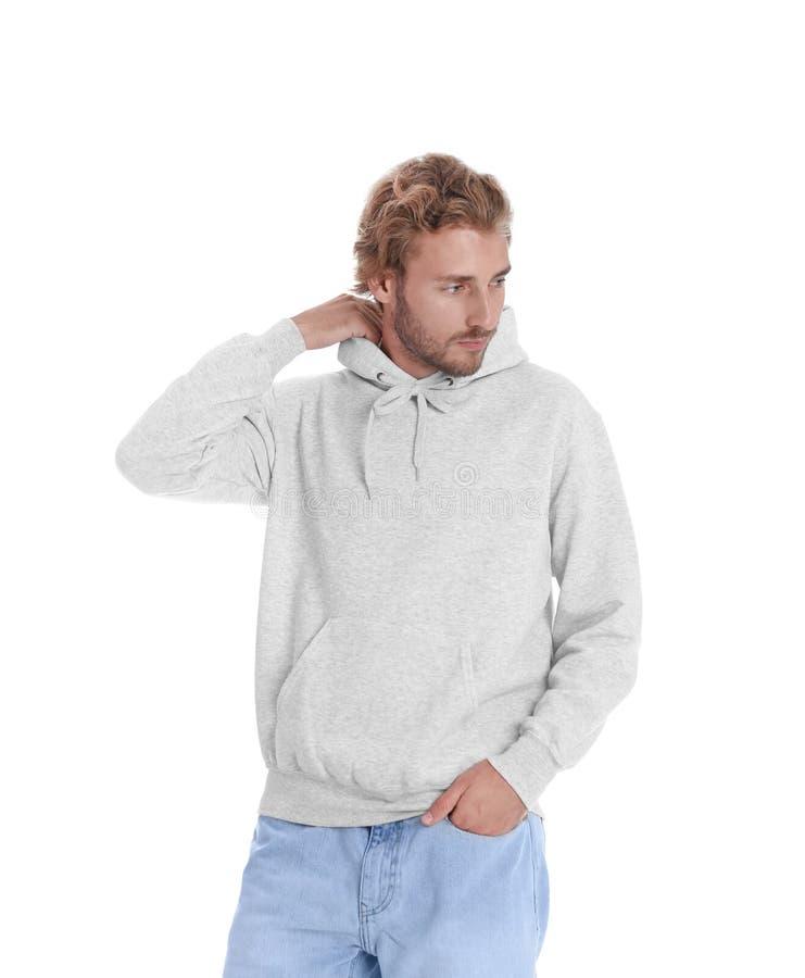 Retrato del hombre en suéter de la sudadera con capucha en el fondo blanco imagen de archivo