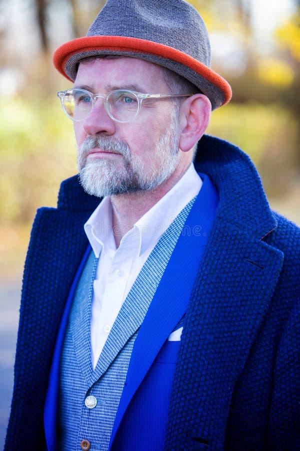 Retrato del hombre en su 50s en aire libre azul del traje y de la capa imagen de archivo libre de regalías