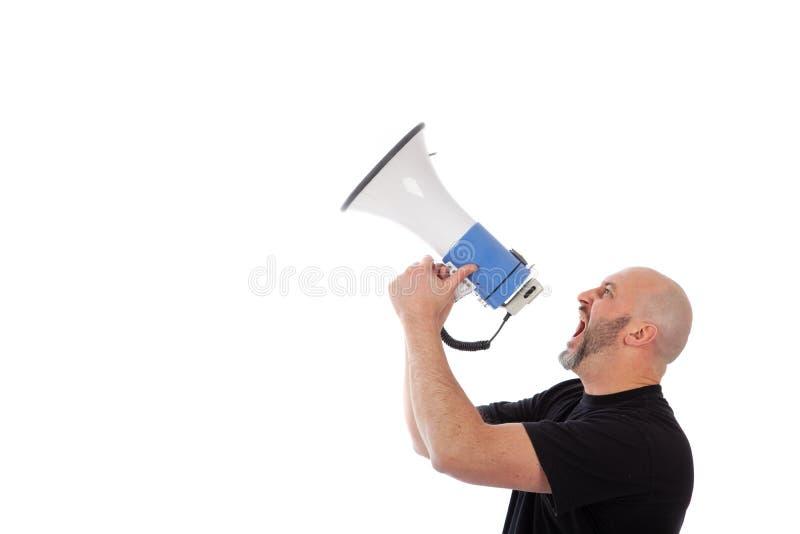 Retrato del hombre enojado que grita con un meg?fono Hombre barbudo que grita en un meg?fono, aislado copie el espacio para su te imágenes de archivo libres de regalías