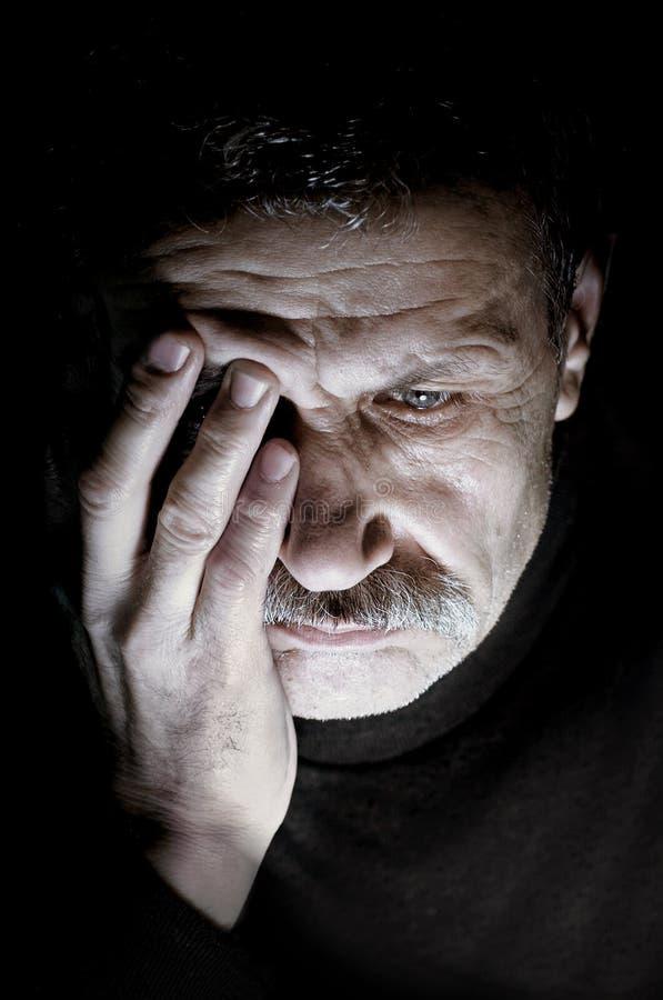 Retrato del hombre envejecido en la depresión imagen de archivo