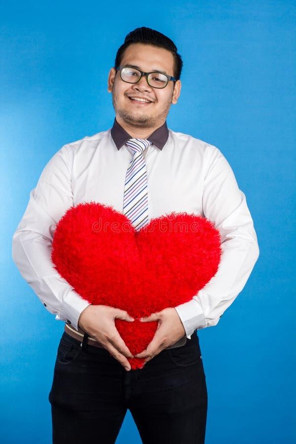 Retrato del hombre feliz romántico de la tarjeta del día de San Valentín que muestra su lugar del amor imágenes de archivo libres de regalías