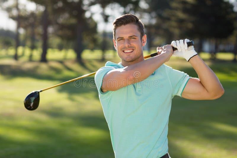 Retrato del hombre hermoso con el club de golf imagen de archivo