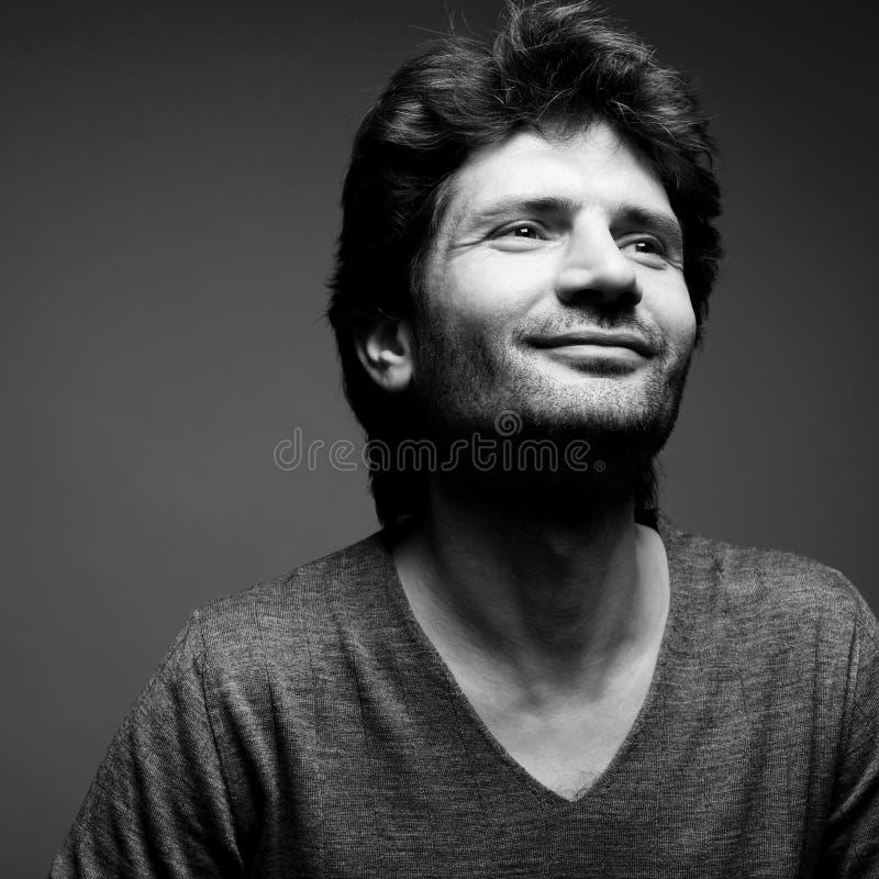 Retrato del hombre hermoso de moda feliz en suéter gris imágenes de archivo libres de regalías